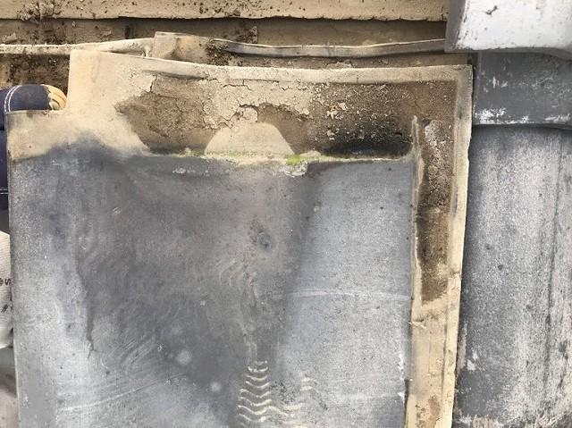剥がした平瓦に泥が溜まっているところ