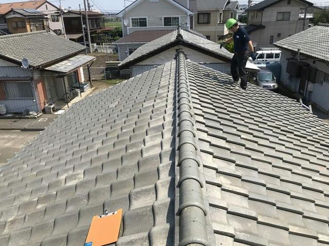 社長が屋根に上がっているところ