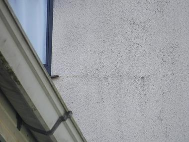 窓の下の右横のひび割れ
