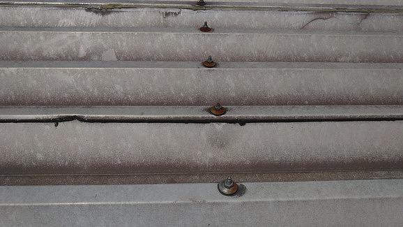 折板屋根の錆びたルーフボルト