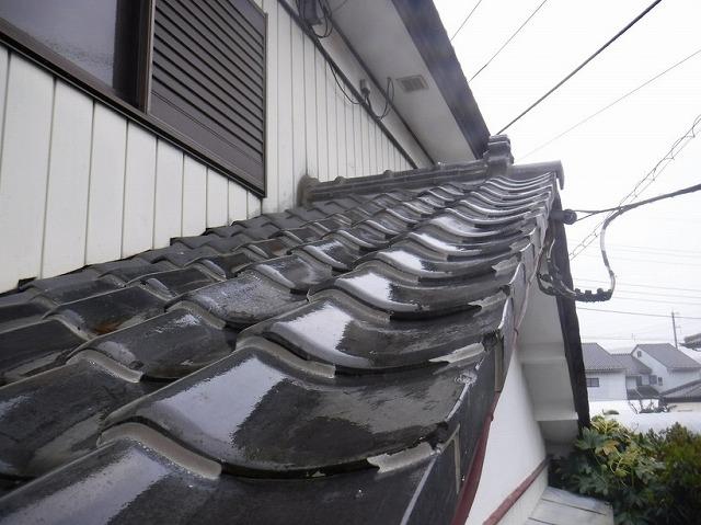 日本瓦のすき間にコーキング