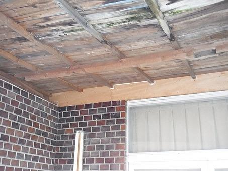 玄関庇裏の木部の直したところ