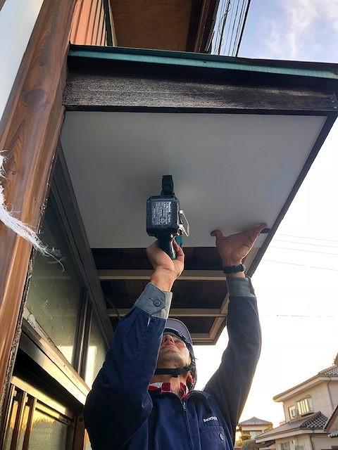 軒天井貼り付け中
