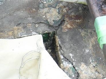 防水シートの下のコンクリートのひび割れ