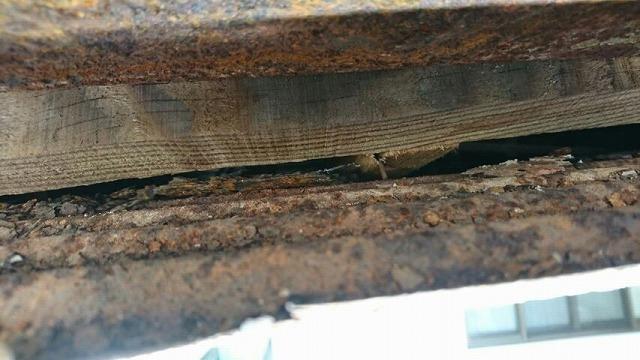 軒裏のトタン波板の裏側のサビ