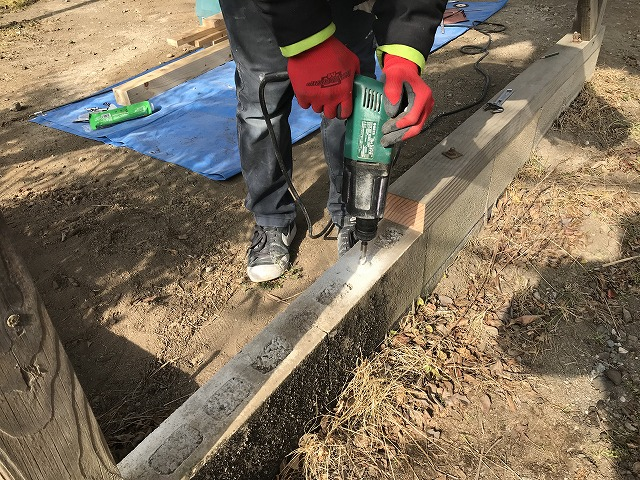 車庫の屋根の基礎にボルト埋め込み用の穴あけ