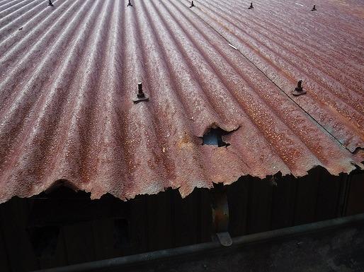 農機具小屋の北側錆びたフックボルト