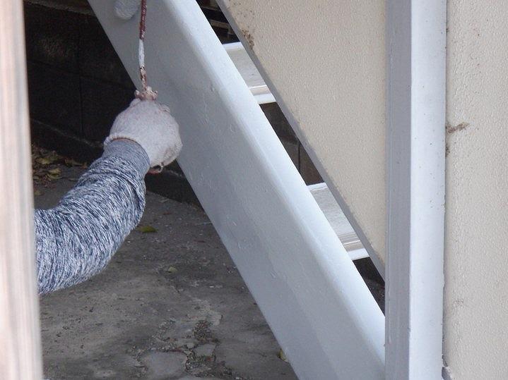 アパート階段の側板にローラーで中塗りと上塗り
