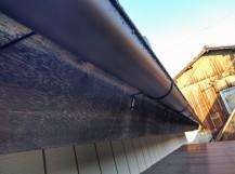 雨の日の軒樋左斜め下から見て