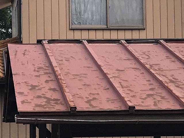 車庫の板金屋根の塗装の剝がれと変形した雨どい