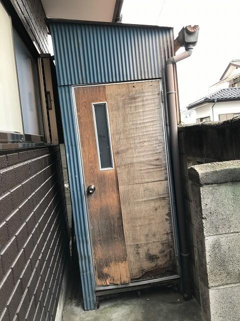 トタン波板の物置の木製のドア