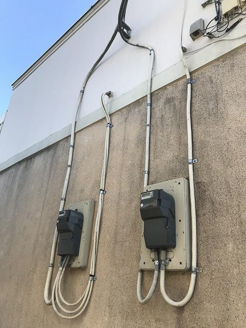 外壁に付いた電機のメーター