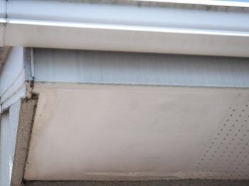 軒天井塗装の形跡と鼻隠しの汚れ