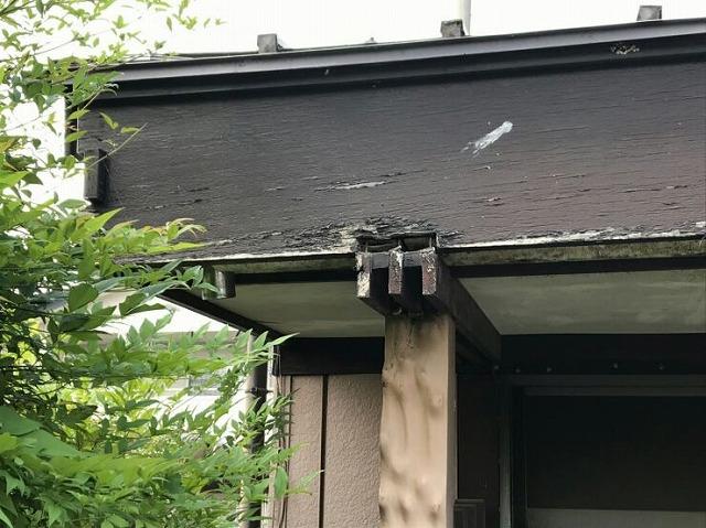 鼻隠し板と軒天井の柱に隙間ができているところ