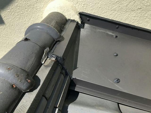 雨押え板金取り付けて棟瓦との隙間にコーキング