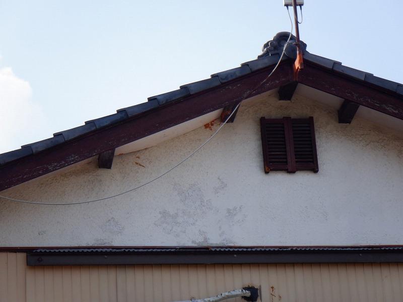 雨漏りによって下に膨らんだ軒天井