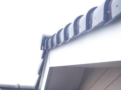 棟の近くケラバ瓦の釘が出ているところ