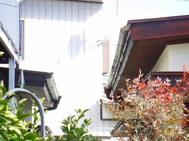 隣家との間南から見た状態