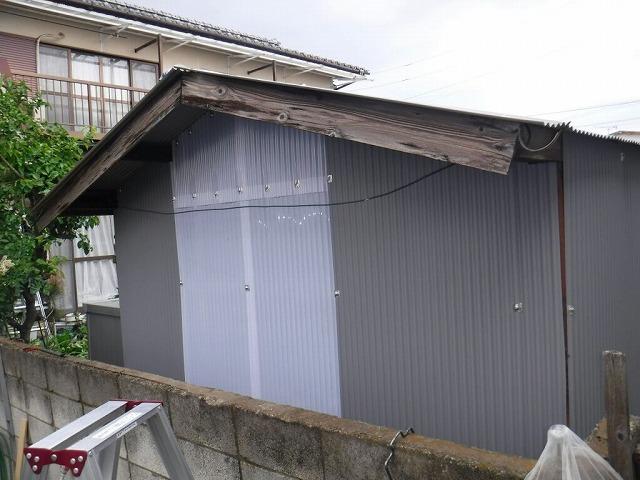 農機具小屋のガルバリウムカラー鋼板の波板を仮止め