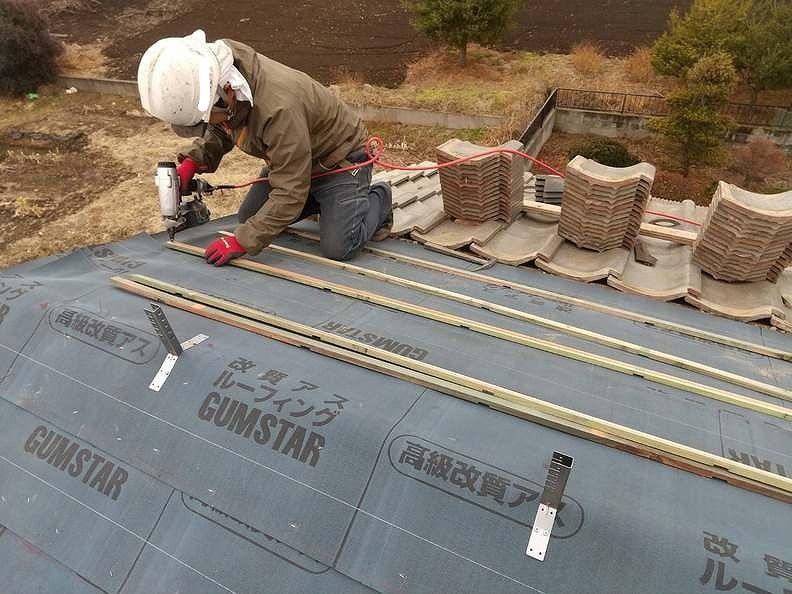 瓦桟取り付けと耐震棟金具