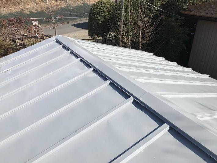 車庫の屋根の塗装中塗り後