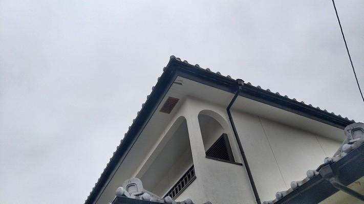 軒天井の剝がれかかった表面