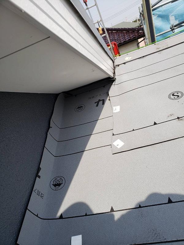 東の棟の破風板と壁際のルーフィングシート