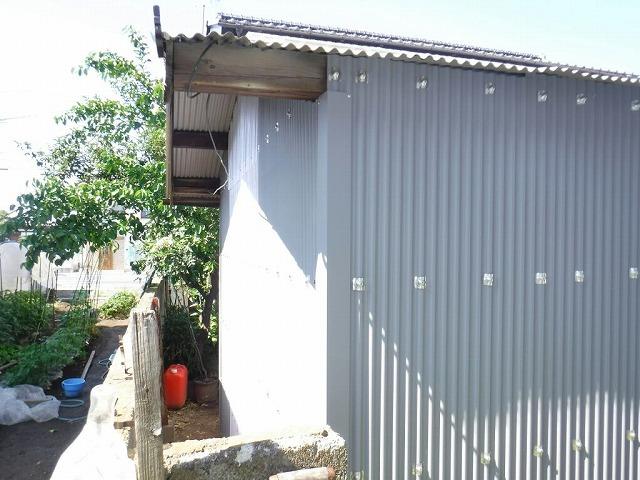 農機具小屋のガルバリウムカラー鋼板の波板にビスで固定し終えたところ