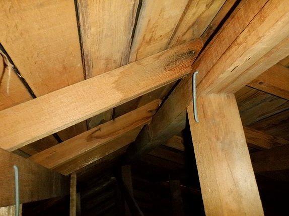 屋根裏の棟の雨漏りのシミ