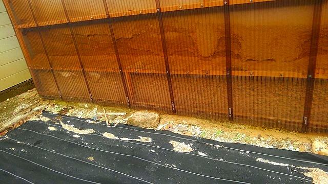 波板と崩れた漆喰壁