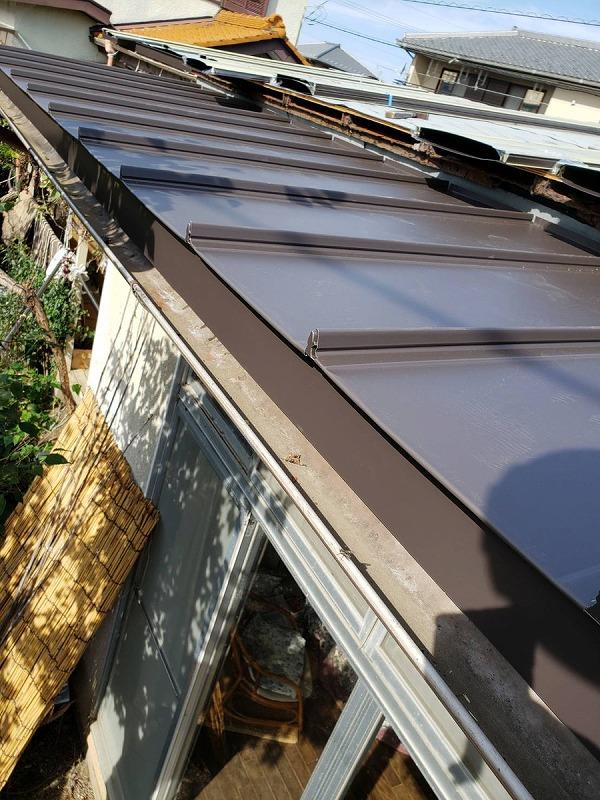 屋根の唐草板金と立平葺き屋根