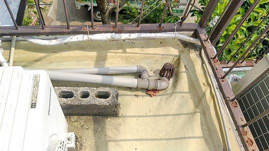 防水シートのしわの寄った排水口