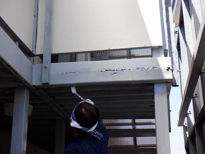アパートの鉄骨の側面に錆止め塗り