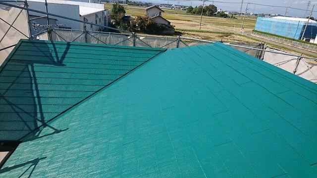 中塗り塗装したスレートの屋根