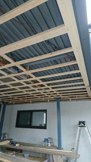 ベランダの軒裏にケイカル板を張るための下地木材を組んだところ