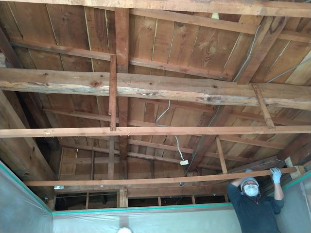 和室天井剥がして新しい下地木材を組んでいるところ