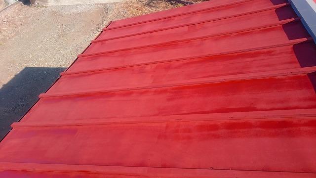 車庫の屋根のさび止め塗り途中