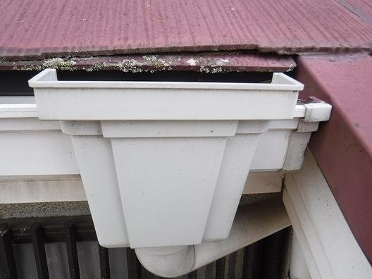 高崎市で苔や黒ずみのある建物北側のスレート屋根を調査しました