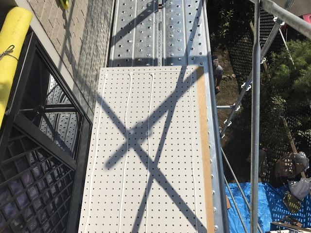ケイカル有孔板の裏側の接着剤