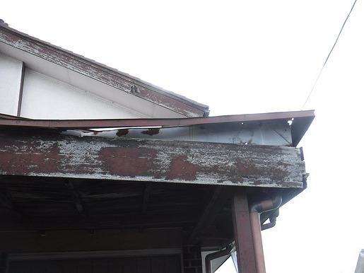 屋根の板金が浮いている