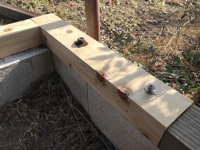 車庫の屋根の新しい土台のボルトのネジを締めた状態