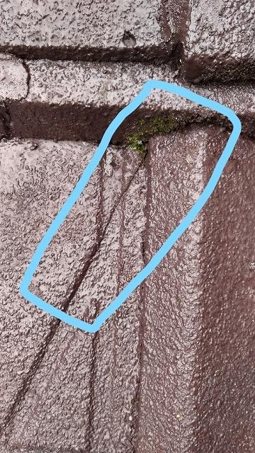セメント瓦の平瓦のひび近景
