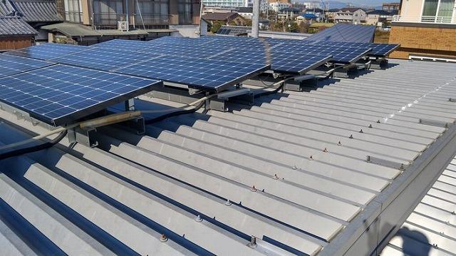 太陽光パネルのある折板屋根