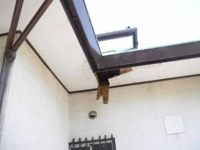 軒天井エル型のところで穴が開いている