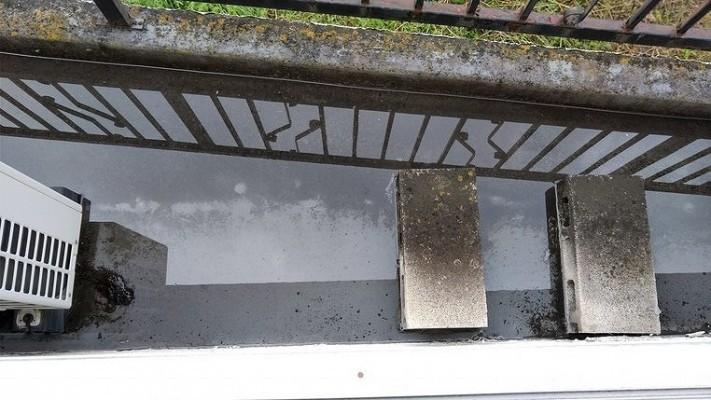 窓から見たベランダに雨水がたまっているところ