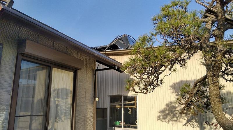 横から見た転倒した太陽熱温水器