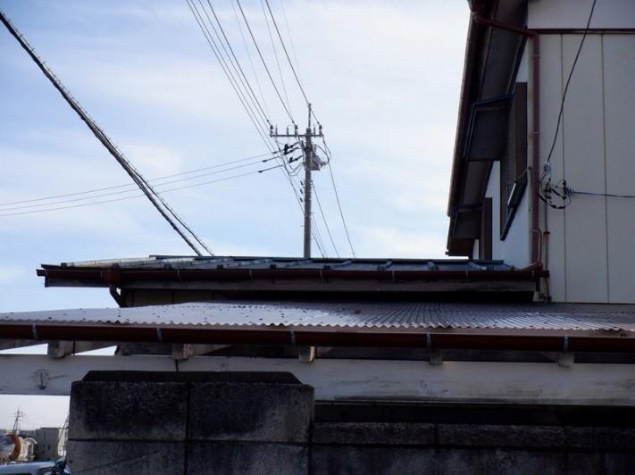 トタン屋根を北から見て