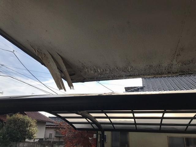 玄関ベニヤの軒天井が剥がれて垂れ下がっている