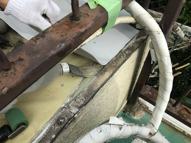 防水シート同士を貼り合わせる接着剤を防水シート裏に塗布