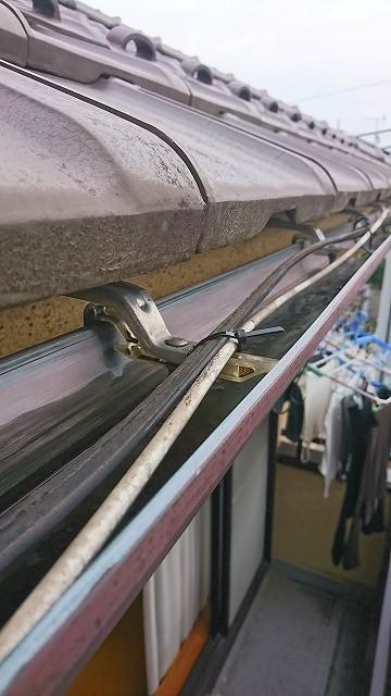 雨どいの支持金具に固定された配線